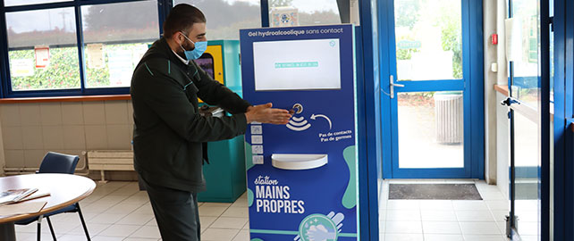 Des stations distributrices de gel hydroalcoolique pédagogiques